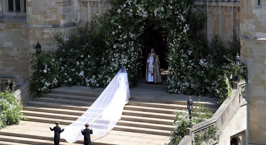 Meghan Markle er trådt frem for de mange britiske fremmødte ved St George's Chapel i Windsor Castle i sin brudekjole, der er designet af britiske Clare Waight Keller for det store franske modehus Givenchy. Scanpix/Andrew Matthews
