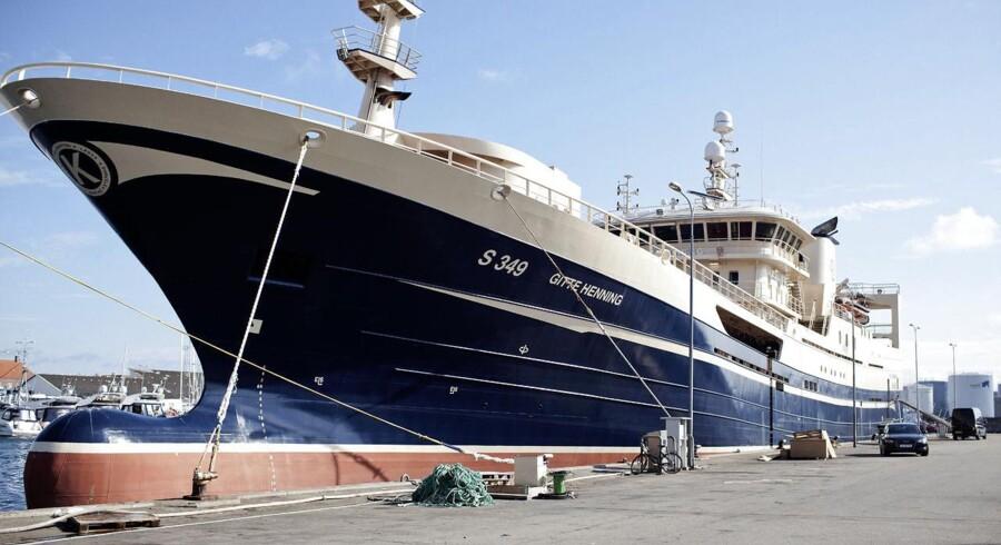 Henning Kjeldsen er en beskeden - men det er hans fiskekutter ikke. Det er en gigantisk fiskekutter, faktisk Danmarks største, som har kvoter til at fange ti procent af al den fisk, der årligt landes herhjemme. Skibet har kostet 230 millioner kroner. Kom med om bord. Fiskekutteren Gitte Henning, som ligger i Skagens havn