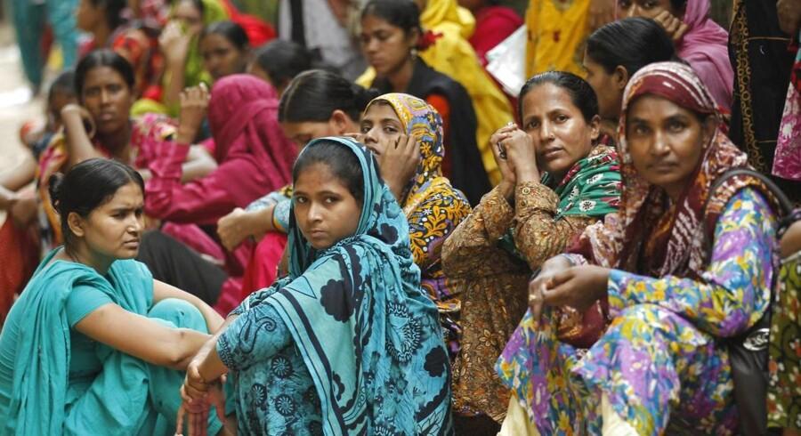 Bangladeshiske kvinder strejkede tidligere på måneden for bedre forhold på landets fabrikker, blandt andet for flere frokostpenge og løn for allerede udført arbejde. Foto: Scanpix