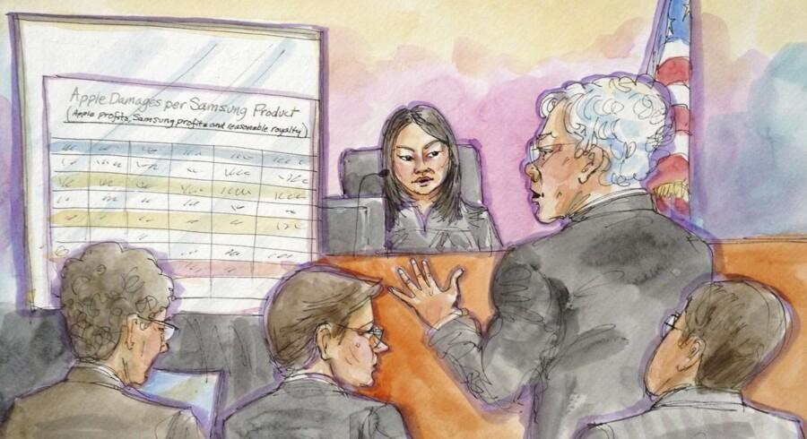 Det er de samme hovedpersoner bag såvel dommerskranke som på advokatstole, der nu mødes i omkampen mellem Samsung og Apple. Her en tegning fra retssagen i december 2012 med dommer Lucy Koh og - stående - Apples advokat Harold McElhinney. Illustration: Vicki Behringer, Reuters/Scanpix