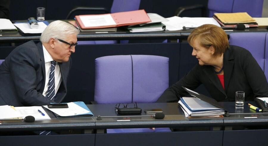 Den tyske kansler, Angela Merkel (t.h.), taler med udenrigsminister Frank-Walter Steinmeier (SPD) under en debat i Forbundsdagen.