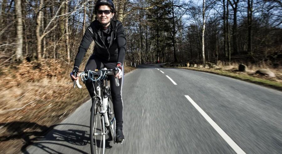 Også kvinderne sætter sig i stigende grad op på raceren. Mimi Hvass, direktør, gik fra ikke at lave noget motion til at sætte sig et mål om at cykle alene til Paris, hvor mand og børn ventede.