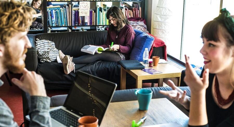 EU-organisationen Eurofound har i en undersøgelse kortlagt, at 48 procent af Europas ungdom stadig bor hos mor og far. I Danmark er tallet noget lavere, men stiger støt.