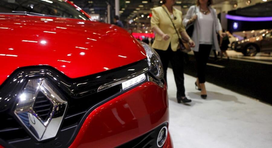 Den franske bilkoncern Renault kan ikke holde farten oppe i forhold til kollegaen Peugeot Citroën, og det straffes på børsen i Paris torsdag.