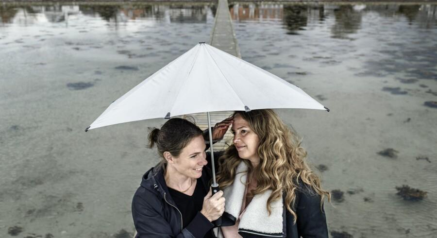 Anne Skare Nielsen (t.h.) og naboen Leena er nære venner og deler alt fra køleskab til klædeskab.