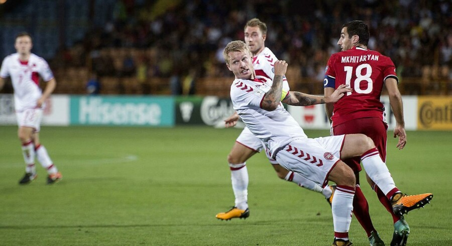 VM kvalifikationskamp mellem Armenien-Danmark i Yerevan, Armenien. Simon Kjær og Armeniens Henrikh Mkhitaryan