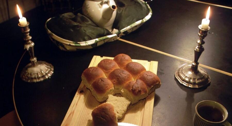 I aften spiser mange danskere varme hveder, selvom man egentlig i gamle dage købte dem, så man havde noget at spise på ens fridag, når bageren holdt lukket.