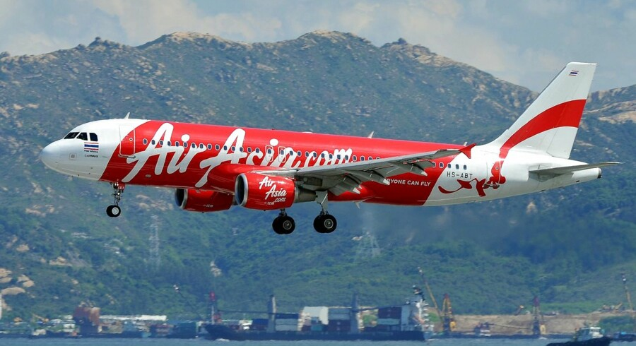 Luftfartskontrollen i Jakarta har søndag morgen mistet kontakten til et passagerfly på vej fra Indonesien til Singapore. Det bekræfter flyselskabet AirAsia.