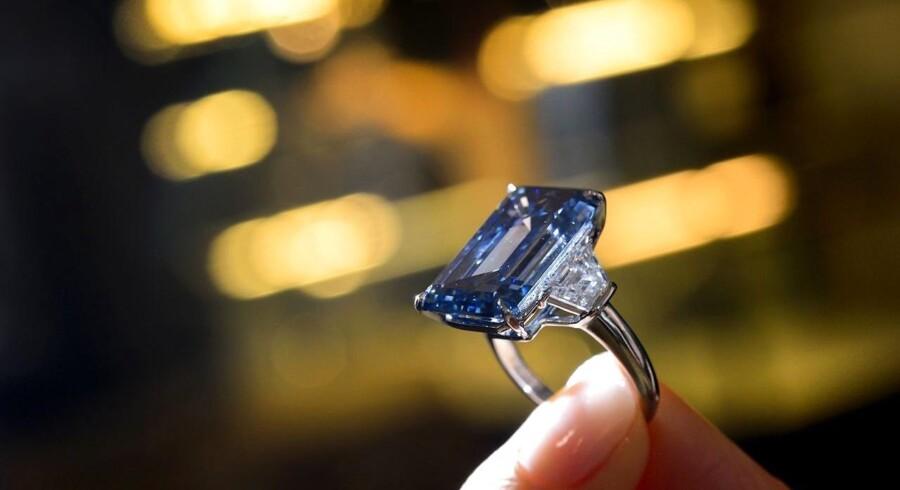 »Oppenheimer Blue«, en stor og sjælden diamant, er onsdag blevet den dyreste ædelsten, der nogensinde er blevet solgt på en auktion. (AFP PHOTO / FABRICE COFFRINI)