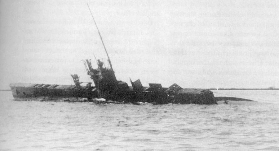 Den grundstødte britiske ubåd E 13 efter træfningen med et par tyske torpedobåde i farvandet tæt ved Saltholm i august 1915. Bo Lidegaard: »Overleveren«, Dansk Udenrigspolitiks Historie, bd. 4.