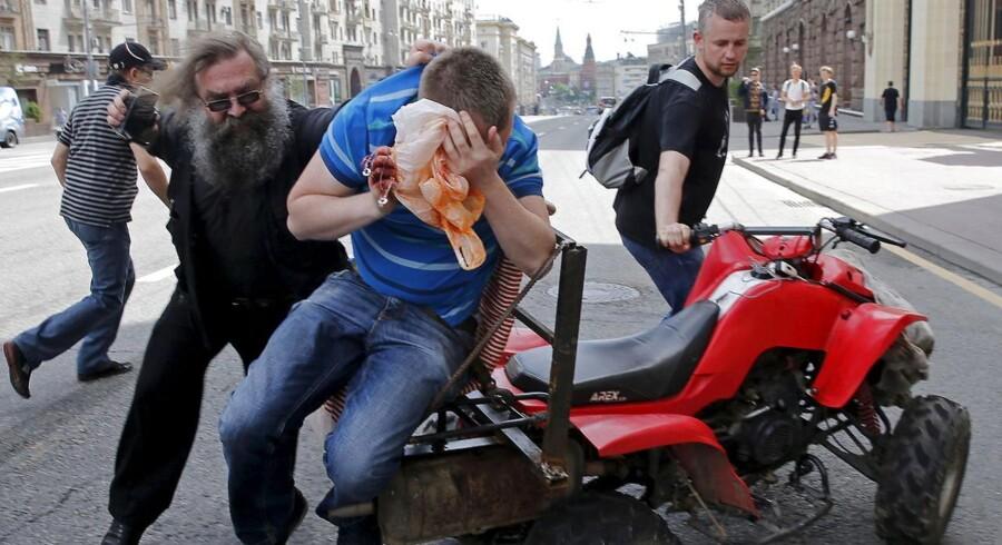 En demonstration, der skulle sætte fokus på homoseksuelles manglende rettigheder i Rusland, udviklede sig til slagsmål, da ortodokse angreb. Politiet anholdt 20 personer.