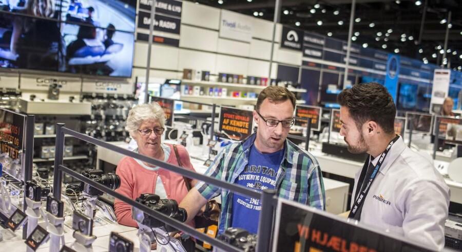 Reportage fra POWER i Glostrup. Her ses Jan Pedersen i gang med at få hjælp til at købe et kamera.