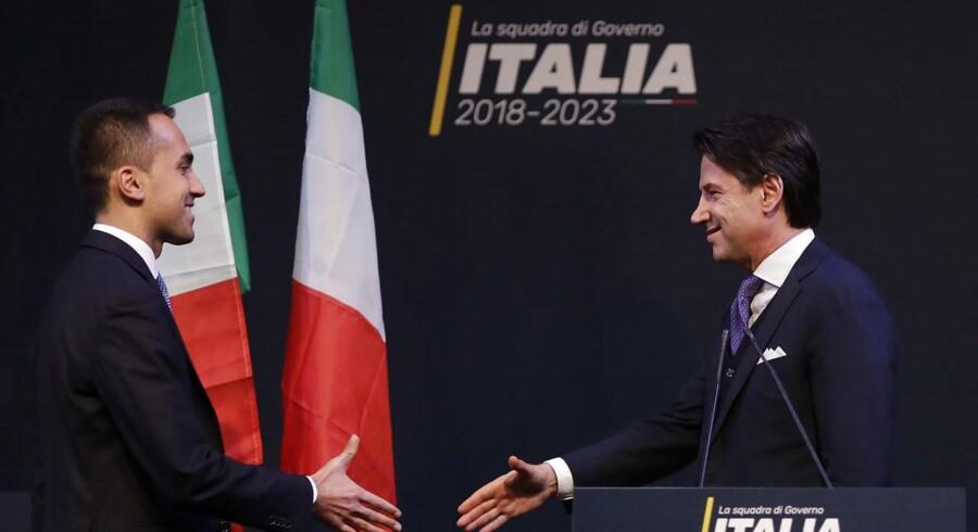 Giuseppe Contes overraskende vej fra juraauditorier og paragraffer til Italiens mest magtfulde politiske embede går via en årelang sympati for Movimento 5 Stelle. Her trykker han hånd med protestbevægelsens leder, Luigi Di Maio.