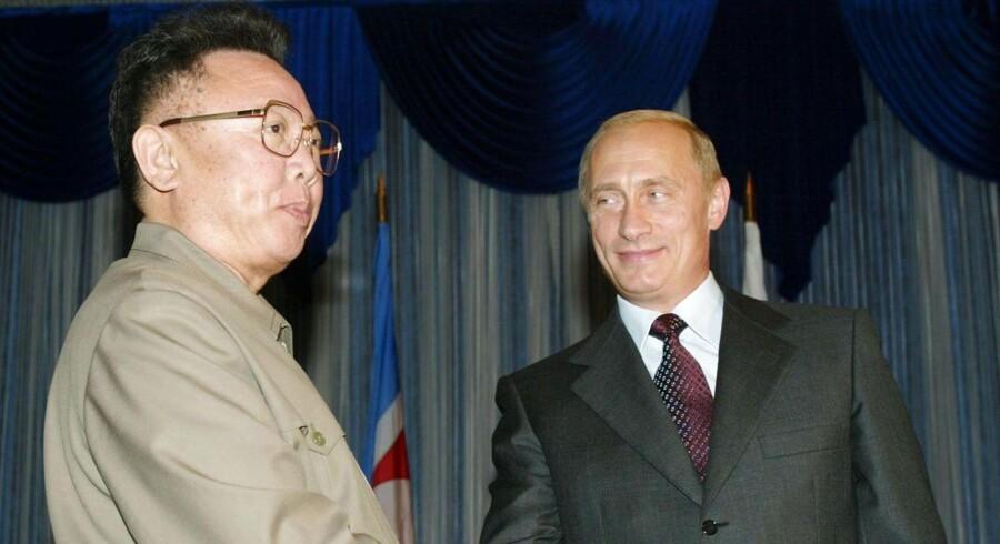 Ruslands præsident, Vladimir Putin, har tidligere mødtes med Kim Jong-Uns far, den afdøde nordkoreanske diktator Kim Jong-Il, som her i Vladivostok i 2001.