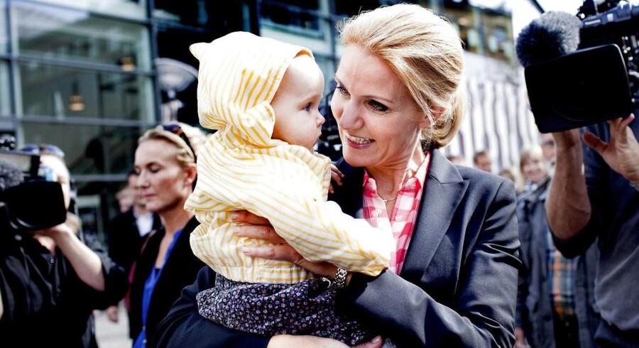 Helle Thorning-Schmidt var fredag d. 9. september 2011 på gaden for at dele roser ud. Her er det ved Amager Centret, hvor Helle straks tog en otte måneder gammel baby i armene. Babyen på billedet er altså ikke Holger fra nytårstalen.