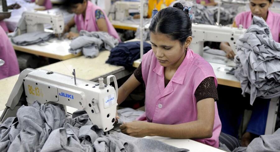 For 60 øre ekstra pr. T-shirt vil syerskerne i Bangladesh alle få ordentlige arbejdsforhold, mener arbejderorganisation.
