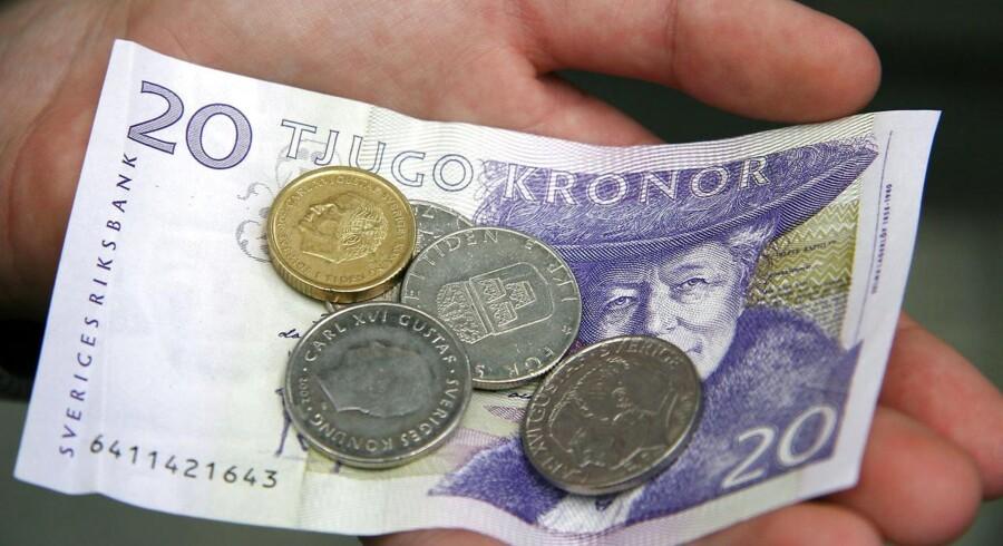 Den svenske krone ligger tirsdag formiddag svækket i kølvandet af en statistik over udviklingen i detailsalget.
