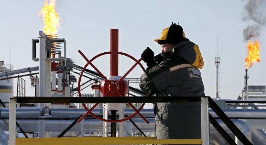 Mens markederne er bekymrede for udviklingen i olieprisen, efter at sanktioner mod Iran er blevet ophævet, lurer en overraskende frelser for olieprisen måske i kulissen. Den redningsmand er Rusland. Det vurderer Saxo Bank i hvert fald.
