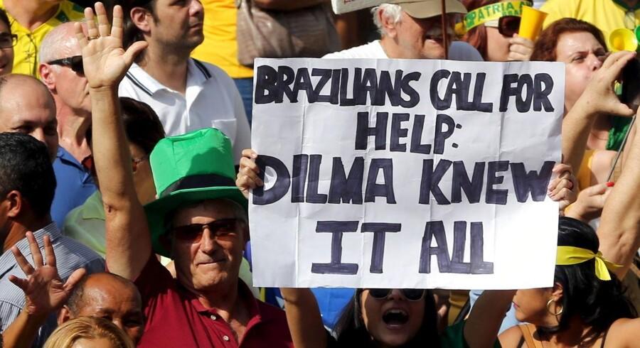 Demonstranter kræver præsident Dilma Rousseffs afgang under en demonstration i april i Sao Paolo. Rousseff afviser at have haft kendskab til korruption under sin tid som formand for Petrobras fra 2003 til 2010.