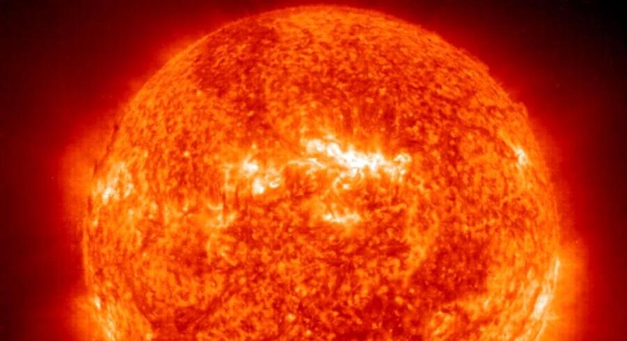 Ifølge forskere vil Solen om fem millarder år - give or take - begynde at udvide sig og blive flere hundrede gange større end i dag. Dermed vil den helt opsluge planeter som Jorden. Senere vil den kollapse og måske ende med ikke at være meget større end Jorden, som den er i dag.