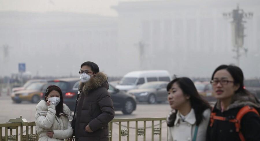 Smog'en i Beijing er til tider så kraftig, at flyene må bruge samme udstyr som til natflyvninger, når de skal lande.