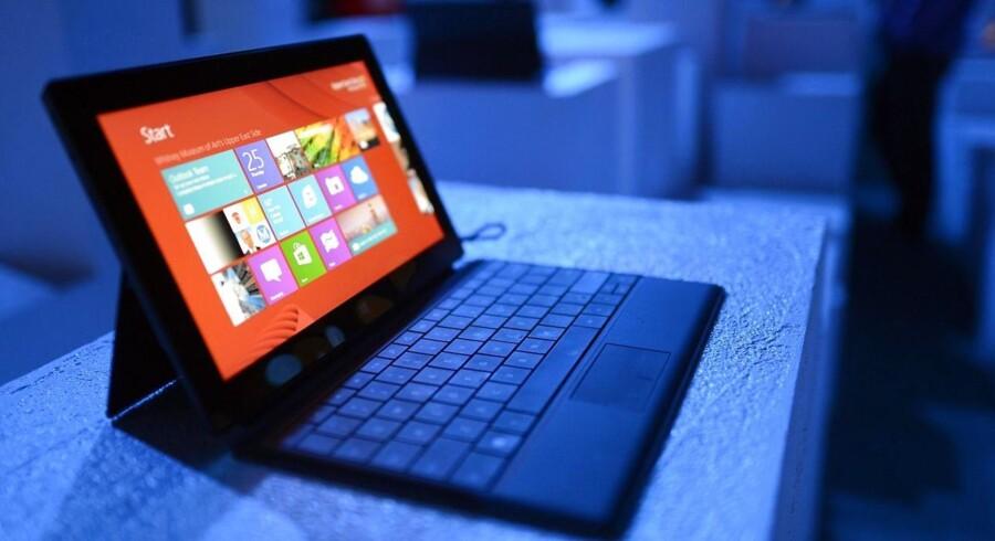 Microsoft begyndte for et år siden at producere sine egne tavle-PCer med Windows som styresystem. Surface hedder de og fåes med og uden påklikkeligt tastatur. Nu kommer efterfølgerne, der forhåbentlig vil sælge bedre. Arkivfoto: Timothy A. Clary, AFP/Scanpix