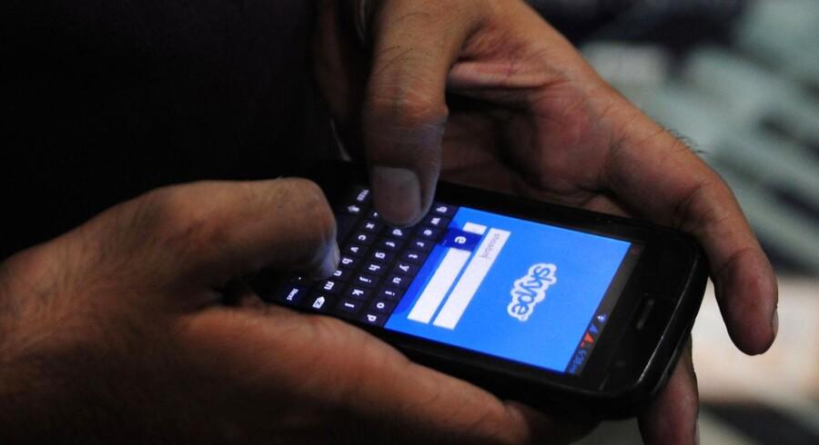 Skype kan også bruges fra en mobiltelefon. Nu er censurens muligheder for at lytte med tilsyneladende gjort sværere i Kina. Arkivfoto: Asif Hassan, AFP/Scanpix