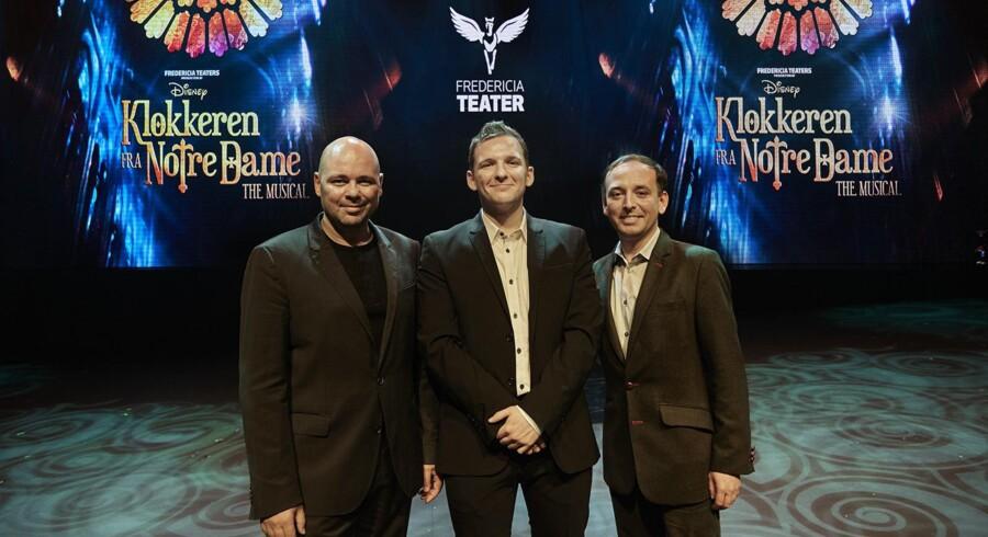 Fra venstre: Teaterdirektør Søren Møller, Lars Mølsted, der skal spille Quasimodo, og Felipe Gamba fra Disney ved præsentationen fredag. Fotograf: Søren Malmose