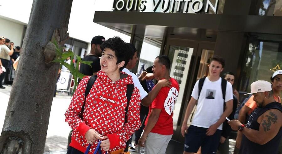 Den 30. juni blev samarbejdet mellem Louis Vuitton og Supreme sat til salg i otte pop up-butikker verden over. Nu sælges de forskellige item videre på blandt andet eBay. Hvad siger du til en hættetrøje (som den på billedet) til 163.000 kroner , eller en T-shirt til 65.000 kroner?