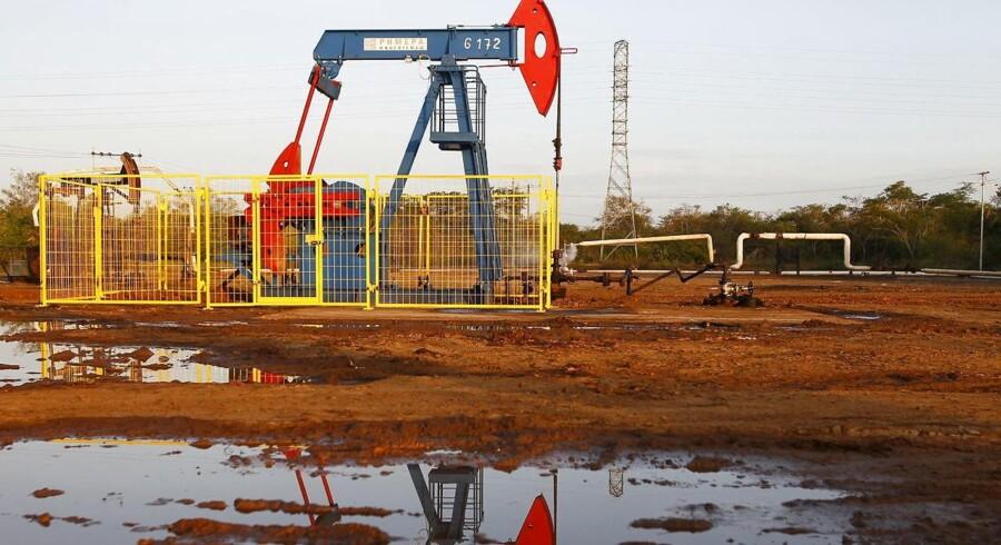 Oliepriserne fortsætter onsdag den drastiske nedtur, der nu har sendt prisen for en tønde af den europæiske referenceolie, Brent, under 35 dollar for første gang i 11 år.