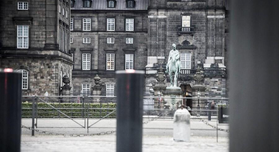 Er det i orden, at politikerne smutter ud af svingdøren på Christiansborg og hopper over i et job i det private erhvervsliv, som de måske har haft kontakt til gennem deres politiske virke? Eller skal der indføres et register og en barriere for et uigennemskueligt skifte?