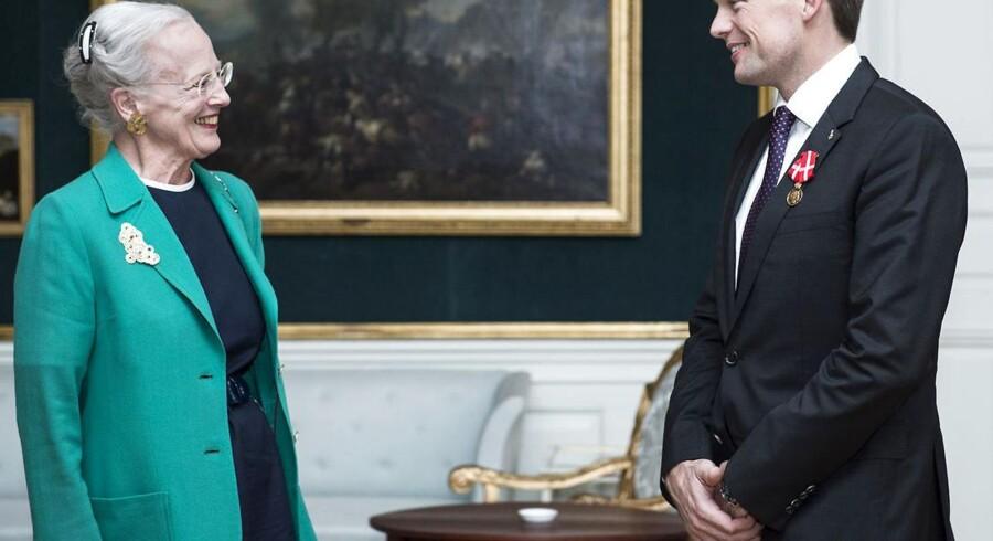 ESA astronaut Andreas Mogensen modtager medalje af Dronning Margrethe.