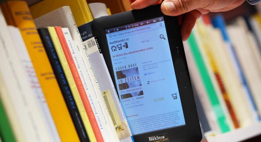 Ikke ligefrem den typiske måde at anvende e-bøger på men måske illustrativt for, at de ens priser kan hæmme salget. Arkivfoto: Arne Dedert, DPA/Scanpix