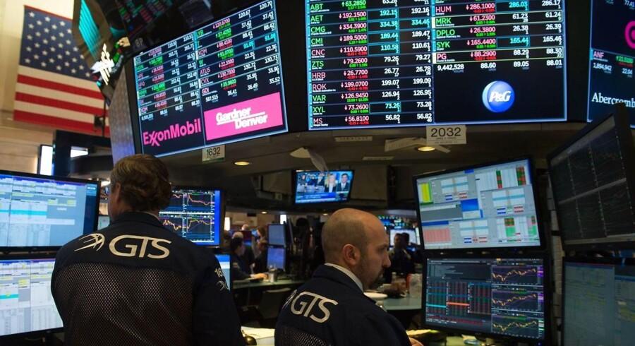 De amerikanske aktier vendte den tunge ende nedad mandag, hvor såvel Dow Jones som S&P 500-indekset markerede sig med de største endagsdrop i omkring fem måneder. Blandt andet Apple trak markant ned, efter meldinger om at it-giganten vil halvere produktionen af den nye iPhone X.