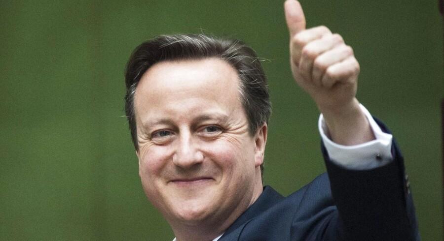 Den siddende britiske premierminister, David Cameron, står til at genvinde magten, da hans konservative parti klarede sig langt bedre end ventet.