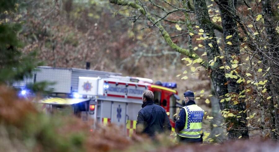 Politi og brandvæsenet arbejder på stedet udenfor Floda i Lerum Kommune i Sverige, hvor et kommende center for asylsøgere er blevet sat i brand. Flere bygninger er skadede og et hus er brændt helt ned, men ingen mennesker kom til skade i branden.