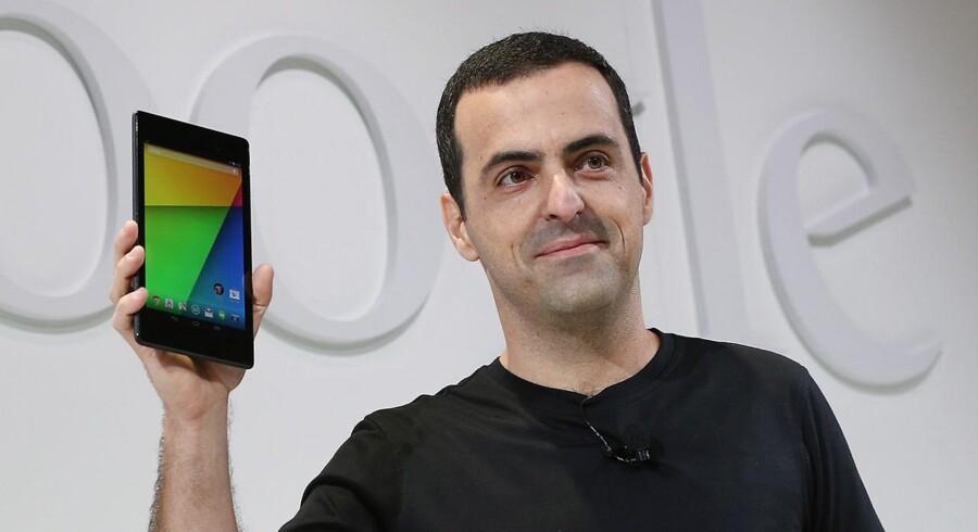 Sådan ser den ud, den nye udgave af Googles Nexus 7-tavlecomputer med nyeste udgave af styresystemet Android, 4.3. Hugo Barra fra Google lægger hånd til. Foto: Justin Sullivan, AFP/Scanpix