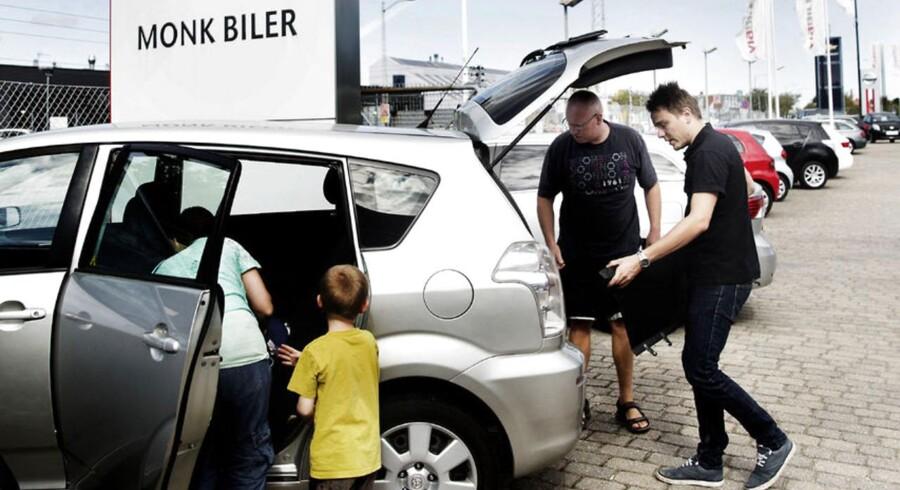 ARKIVFOTO. Bilsalget går godt. Her er familien Ancher hos Monk biler på Amager for at se på en Toyota.