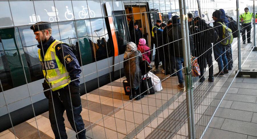 Svensk politi sætter hegn op på togstation i Malmø. Sverige indfører mandag id-kontrol på bus og tog, så kun mennesker med gyldige papirer vil kunne krydse sundet.