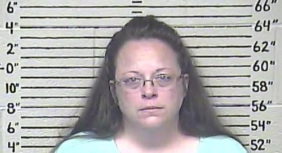 Den tre gange fraskilte Kim Davis endte i sidste uge i fængsel, fordi hun med henvisning til Gud nægtede at vie et homoseksuelt par eller lade sine medarbejdere gennemføre vielse.