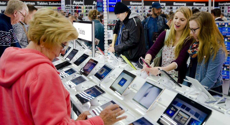 Der bliver stadig solgt mange tavle-PCer, som her i den tyske elektronikkæde Saturn i Berlin, men salget tager af, mens de store - Apple og Samsung - mister terræn til fremadstormende konkurrenter. Foto: Thomas Peter, Reuters/Scanpix