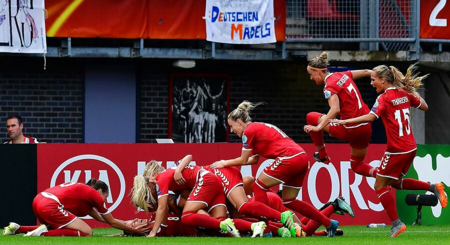 Danmark slog kæmpefavoritterne Tyskland i fodbold Denmark's defender Nielsen Theresa (2L) reacts with teammates after scoring during the quarter-final match of UEFA Women's Euro 2017 football tournament between Germany and Denmark at Stadium Sparta Rotterdam in Rotterdam on July 30, 2017. / AFP PHOTO / TOBIAS SCHWARZ