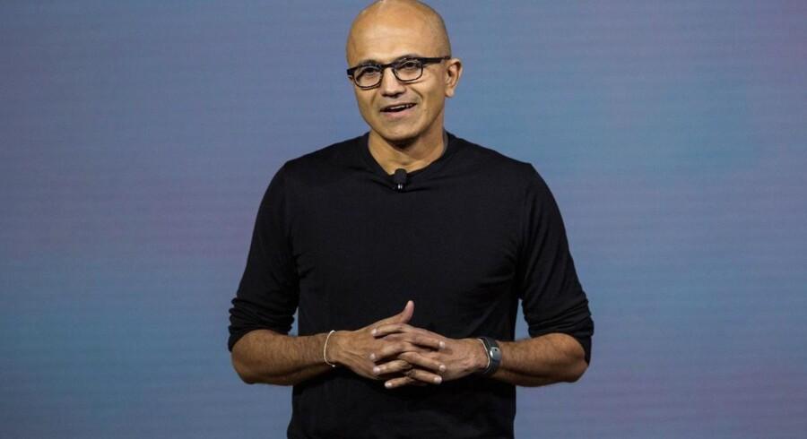 Microsoft har udviklet en række nye produkter der blev præsenteret i går den 06. oktober i New York.Microsofts CEO, Satay Nadella, taler her under eventet hvor Microsoft løfter sløret for deres nye virtual reality headset de kalder HoloLens, deres nye telefon Lumia 950, en ny tablet kaldet Surface Pro 4, deres første laptop, Surface Book, og et biometrisk armbånd de kalder Band 2.