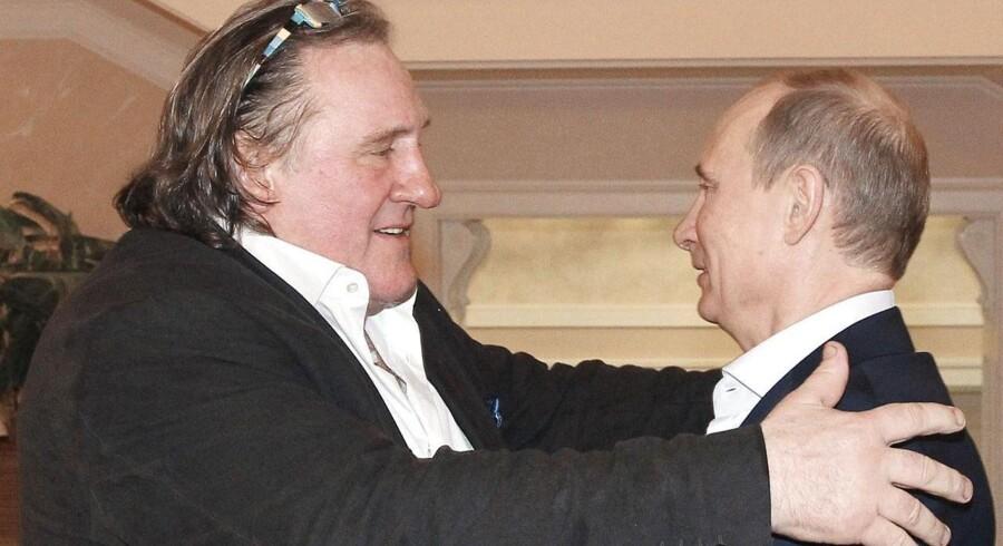 Den franske skuespiller Gerard Depardieu og Ruslands præsident Vladimir Putin er tilsyneladende blevet perlevenner, efter Putin personligt overrakte Depardieus nye russiske pas.