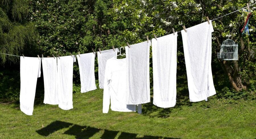 (Arkivfoto) Ofte kan man sagtens gå i det samme tøj nogle dage eller fjerne små pletter med lidt opvaskemiddel og vaske pletten i hånden i stedet for per automatik at smide tøjet til vask. (Foto: Jens Nørgaard Larsen/Ritzau Scanpix)