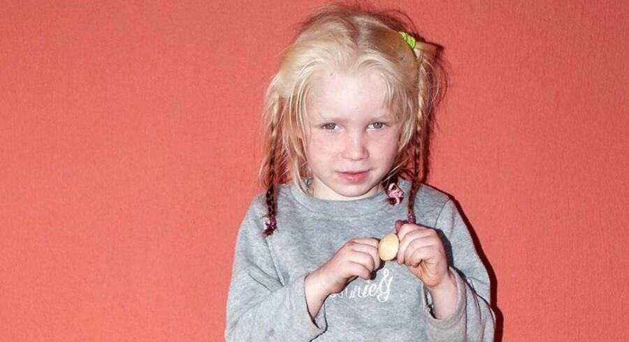 Den fireårige pige, der bliver kaldt Maria, blev fundet under et tæppe, da politiet ransagede lejren for at finde stoffer. Hun har lys hud, lyst hår og grønne øjne, og lignede ifølge politiet ingen af de personer, hun blev fundet sammen med. Politiet har en mistanke om, at pigen er blevet kidnappet eller er et offer for menneskehandel.