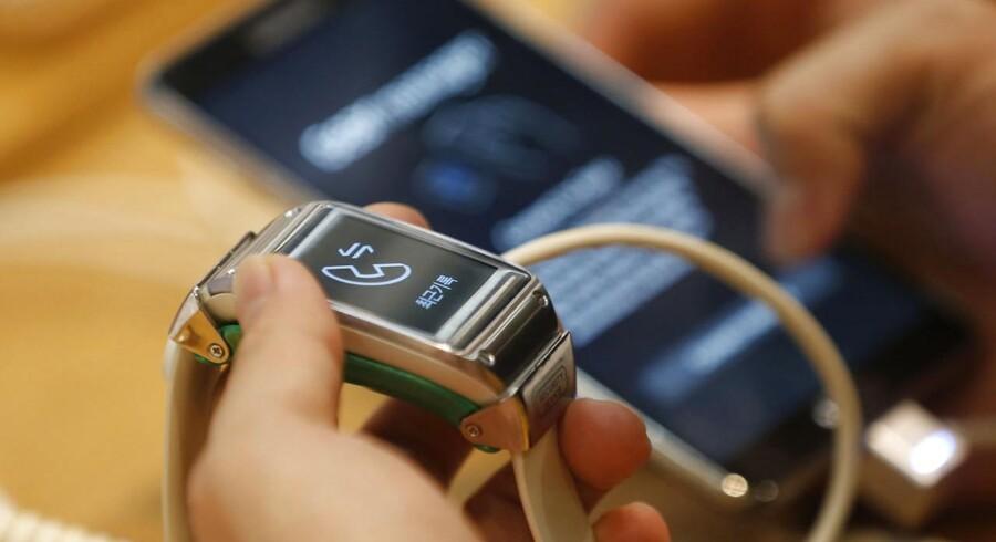 Samsung, der tidligere i år lancerede smarturet Galaxy Gear, siger nu, at selskabet har leveret 800.000 af slagsen til butikshylderne - og at salget dermed er bedre end ventet.