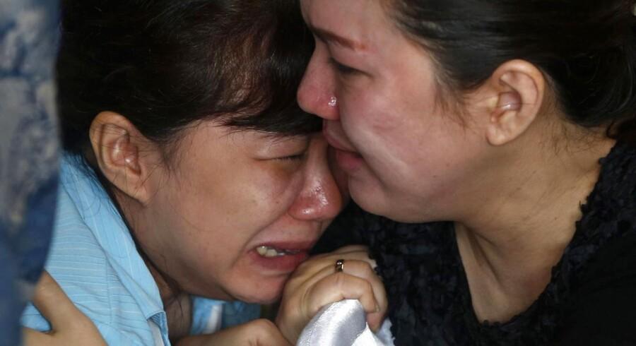 Familie og pårørende til de ombordværende på AirAsia fly QZ8501, som søndag morgen forsvandt fra radaren. Det formodes, at flyet er styrtet ned i havet ved Borneo.