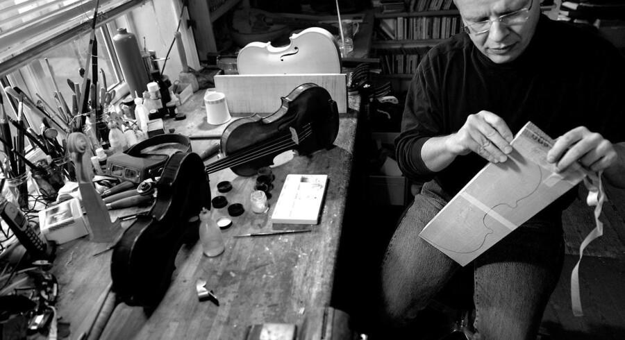 Jens Stenz ved sit arbejdsbord. Der, hvor han altid sidder og arbejder.