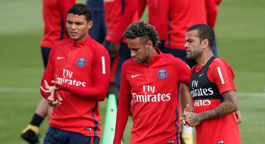 Neymar (i midten) har trænet med Paris Saint-Germain i flere dage, og snart får klubben også hans spillerlicens, så han kan bruges i kamp. Reuters/Benoit Tessier